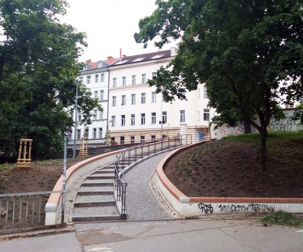 Rekonstrukce opěrné zdi a schodů ve Stromovce